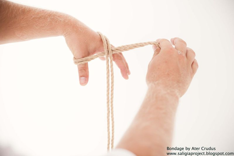 Sklavenluder bei Bondage am Boden